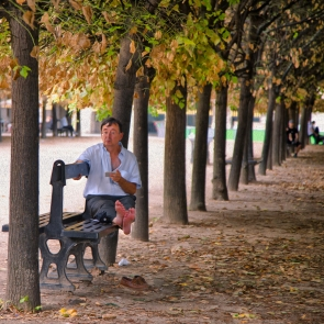 Man on bench (Summer heat refugies III)